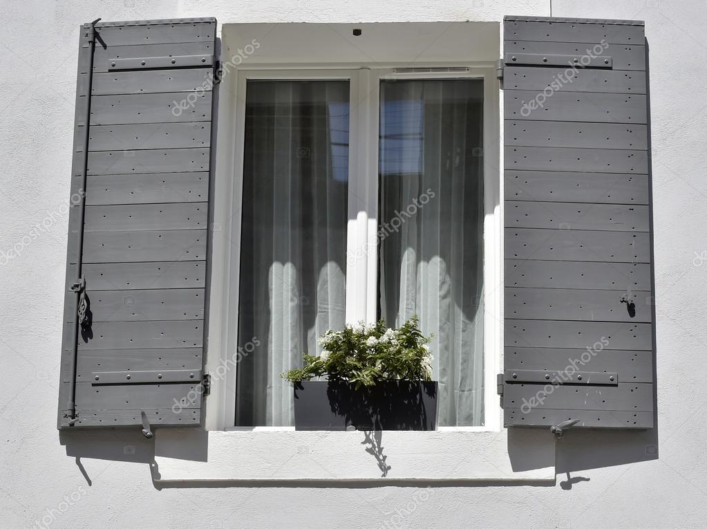 Casa grigia con le finestre bianche foto stock surzet - Finestre bianche ...