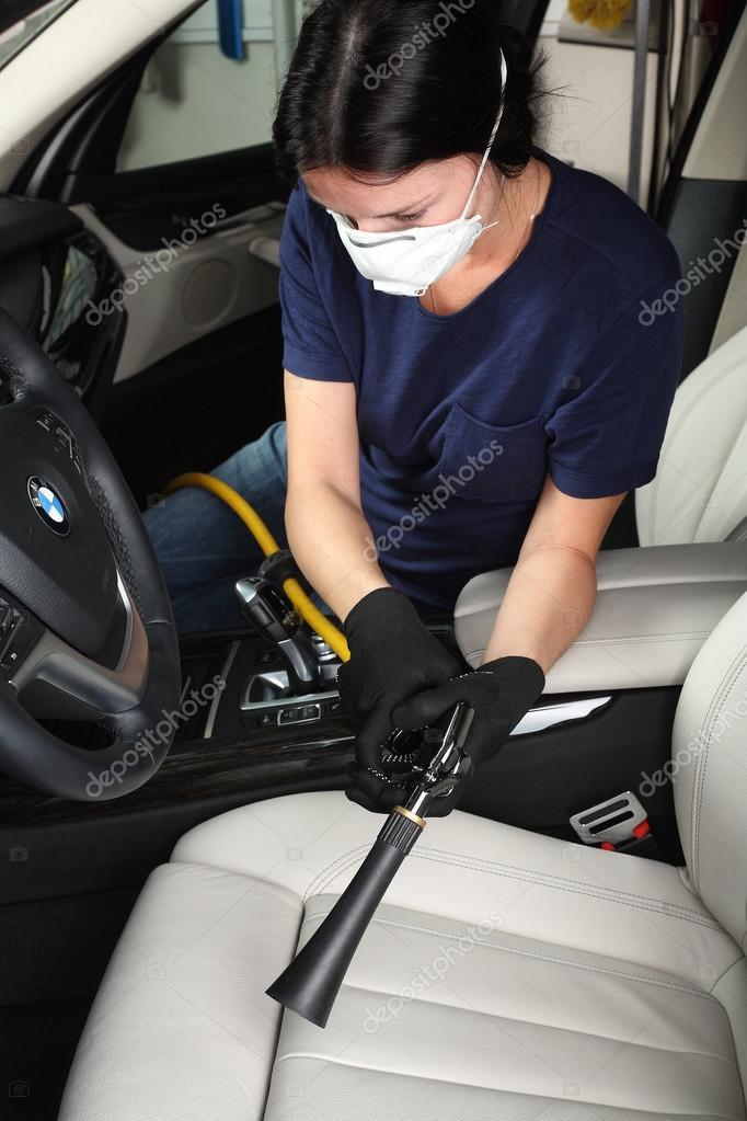 de werknemer schoonmaken en wassen van interieur van de auto hete stoom car service aquacars moskou 04102015 foto van photoworld