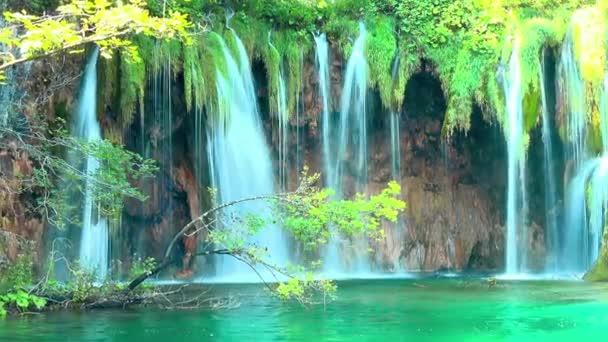 vodopád v lesích Národní park Plitvická jezera, Chorvatsko