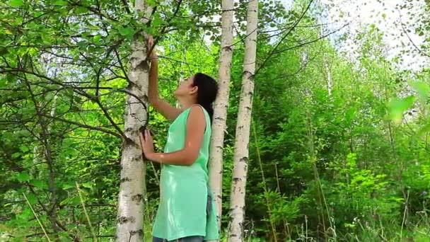 mladá žena je v lese břízy