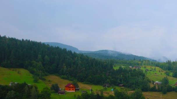 horská obec v lese a zamračená obloha