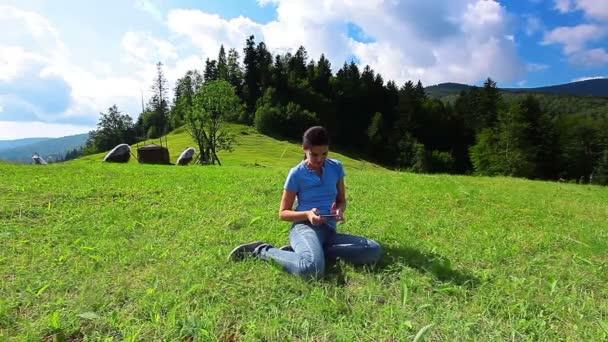 Giovane Donna Con Un Telefono Cellulare Su Un Paesaggio Di Montagna