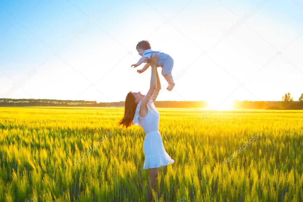Mujer Feliz Con Su Bebé En Día Soleado De Verano