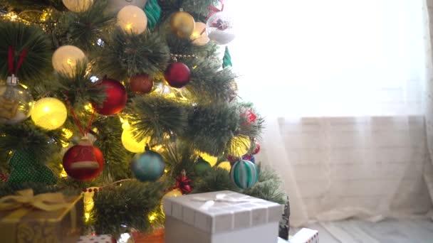 Vánoční stromeček zdobený míčky, věnce a vánoční světla