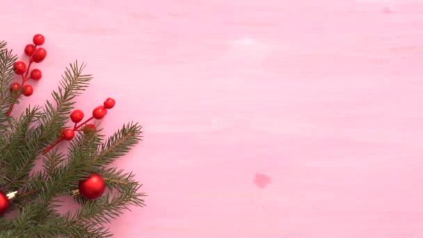 Muži ruce místo dárek na růžové dřevo vánoční pozadí s jedlovými větvemi a vánoční dekorace