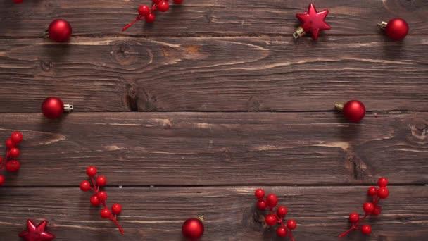 Muži ruce místo dárek na dřevěné vánoční pozadí s vánoční dekorace