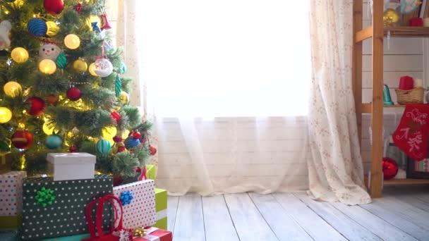 Karácsonyfa bálokkal, koszorúkkal és karácsonyi fényekkel díszítve