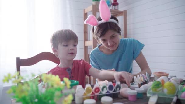Veselé Velikonoce. Rodinná matka se synem malování vejce na Velikonoce