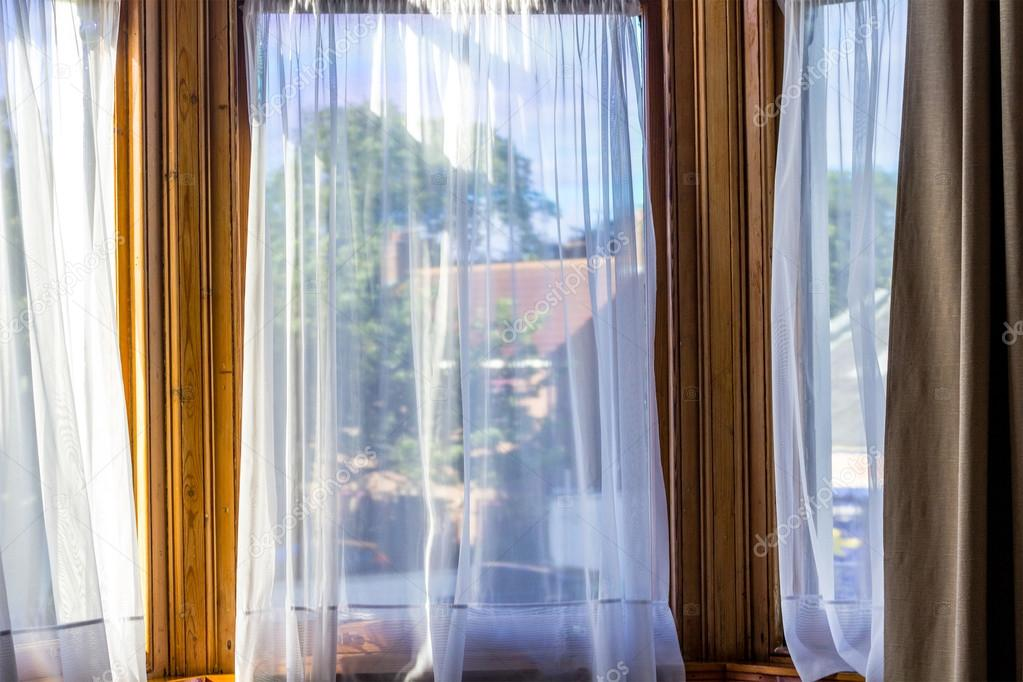 oude vintage windows met witte netto gordijnen stockfoto