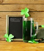 St Patrick den zelené pivo s shamrock