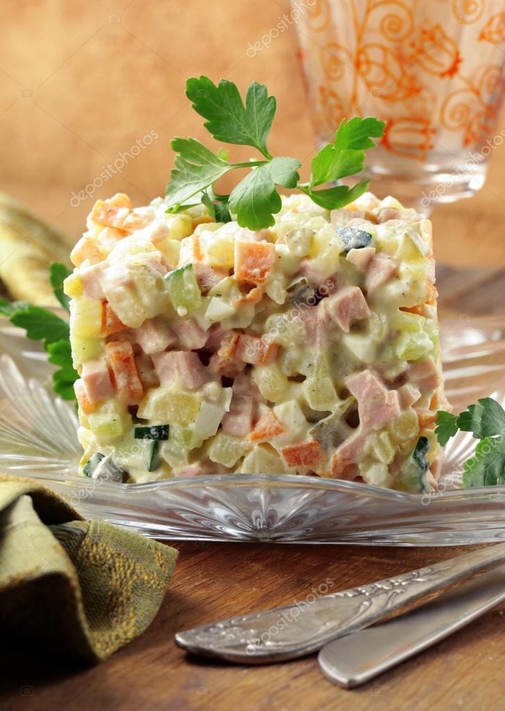 Traditionelle Russische Salat Mit Mayonnaise Und Gemüse Stockfoto