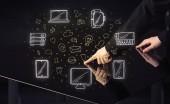 Muž stisknutí tabulka tabletu ruka dotykové rozhraní s mediální ikony