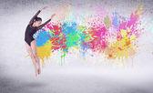 Moderní pouliční tanečnice skákání s barevné malování šplouchání