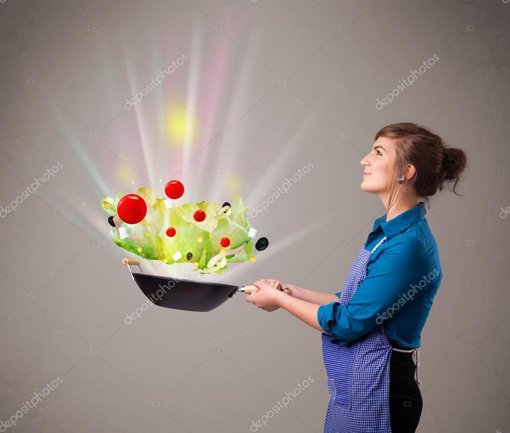 Jeune femme cuisiner des l gumes frais photographie - Cuisiner des harengs frais ...