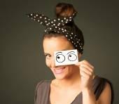 hloupá dívka, s rukou na papír vykreslen oční koule