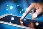 ruka se dotýká tablet pc, koncept sociální sítě
