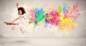 Happy teenagera, skákání s barevný inkoust postříkat na městských backg