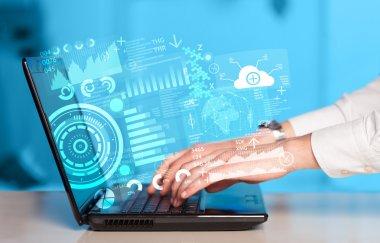 Gelecekteki teknoloji sembollerine sahip modern dizüstü bilgisayar