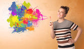 Roztomilá dívka foukání barevným logem graffiti