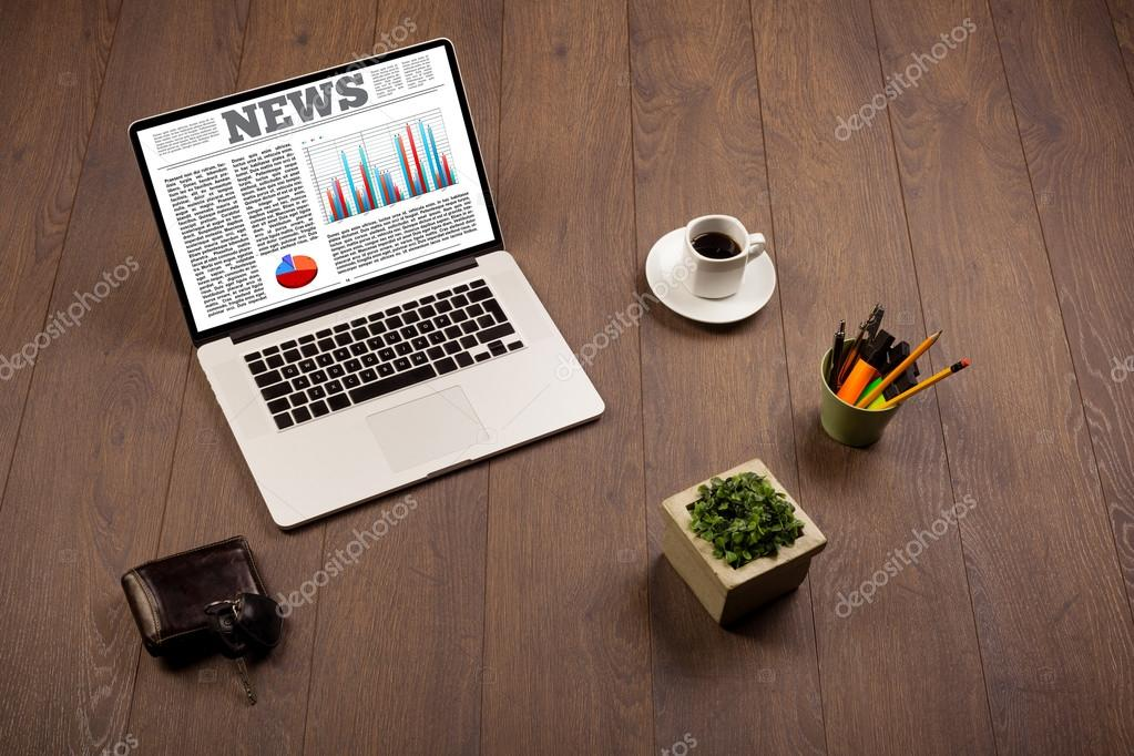 Accessori Per Scrivania Ufficio : Computer portatile sulla scrivania con accessori da ufficio u2014 foto
