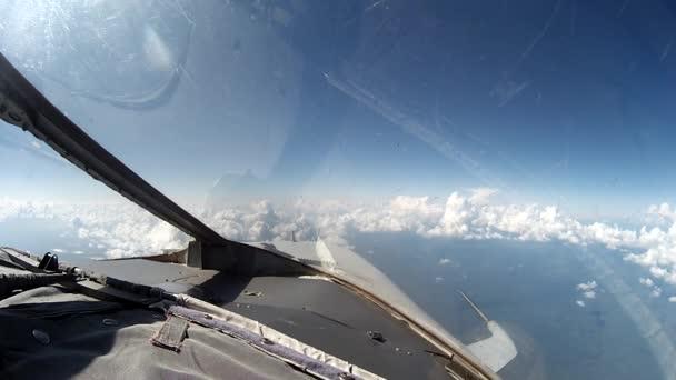 Repülés alatt felhők kilátás a Vezérlőpult plane.