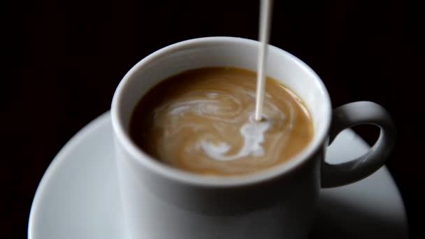 öntés tej csésze kávé