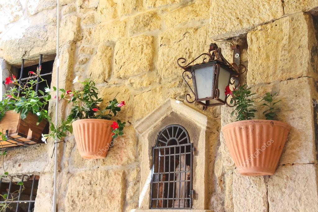 Maceta de flores que adornan las paredes de la casa foto de stock nicknick ko 61121375 - La casa de la maceta ...