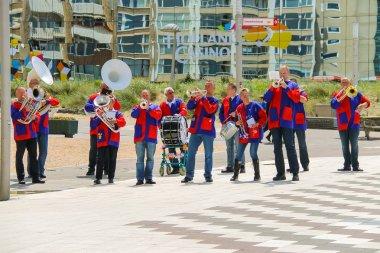 Street performance of musical group De Muggenblazers in Zandvoor