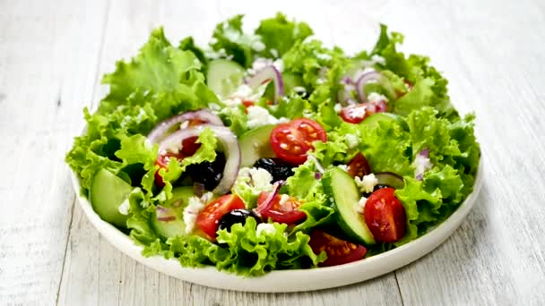 zeleninový salát s okurkou, rajčaty, olivami a sýrem