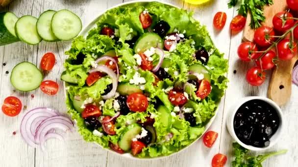 salát, okurka, olivový a rajčatový salát