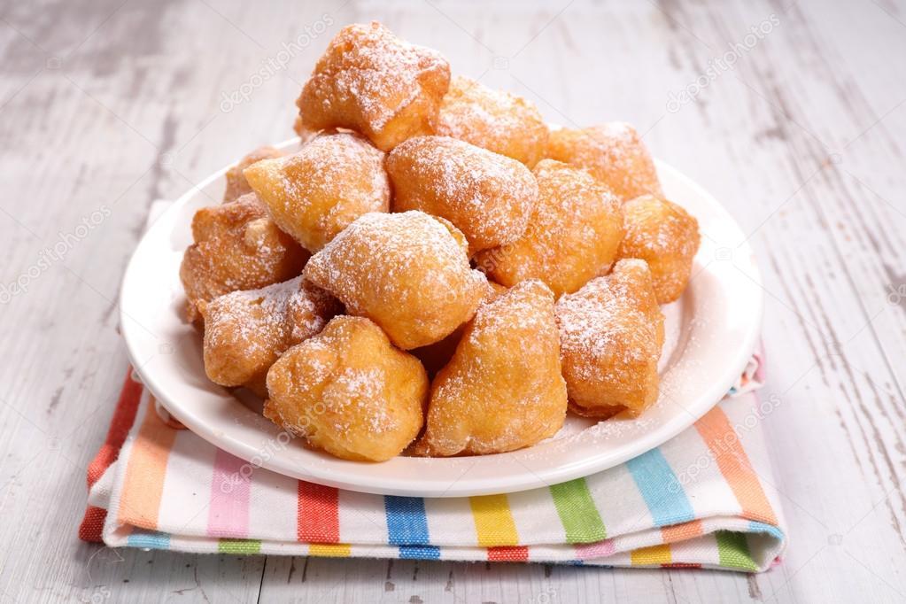 Ciambelle dolci francesi sulla zolla sulla tabella \u2014 Foto di studioM