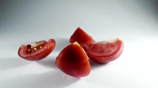 Paradicsom áramlás lassított keresztül Shooting kamera nagy sebességű White.tomato.