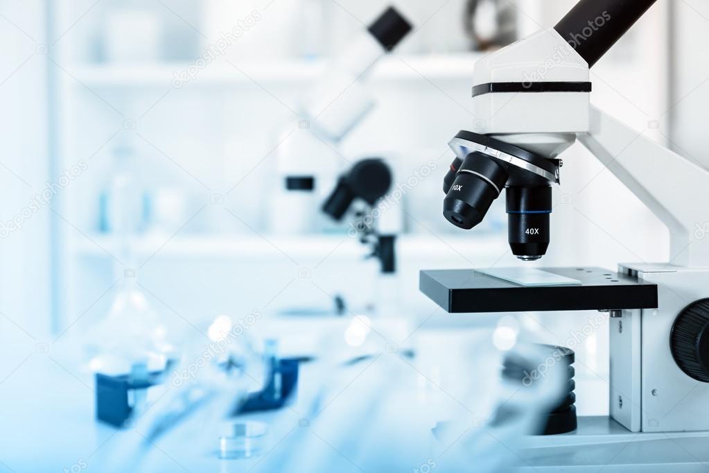 Moderne mikroskope in einem labor .microscope objektiv u2014 stockfoto