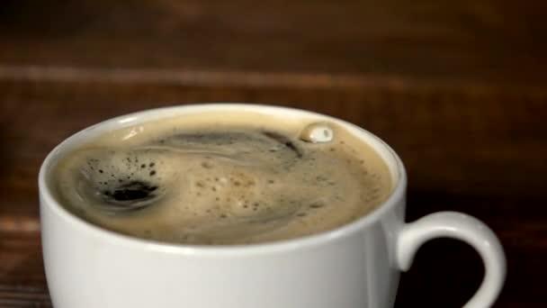 Káva pokles tvorby zvlnění v poháru... Zpomalený pohyb