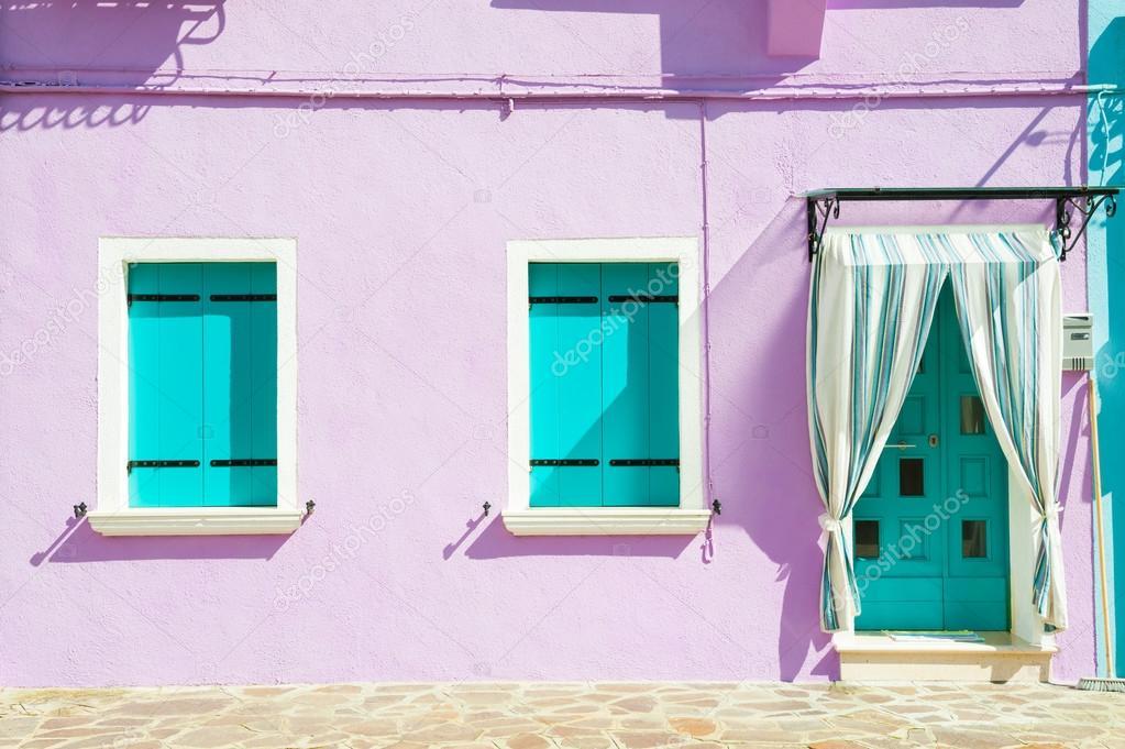 Pareti Viola E Lilla : Casa con pareti viola e turchese windows u foto stock