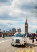 Slavné bílé taxi taxi v Londýně