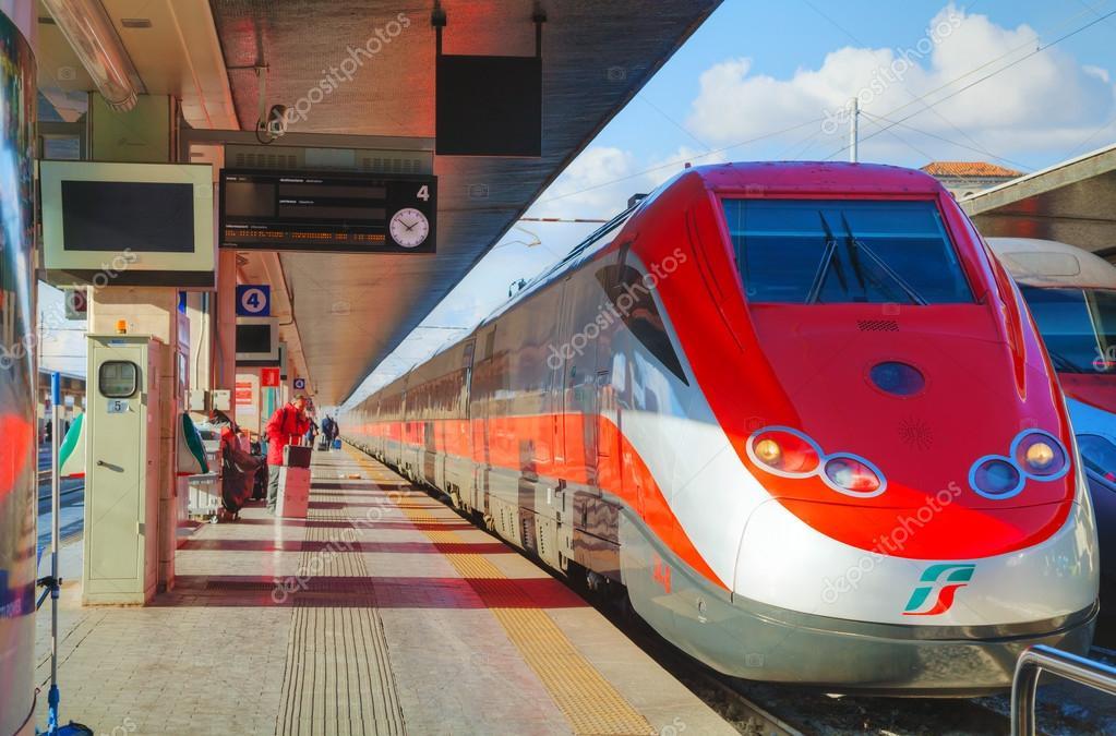 Train à la gare de Santa Lucia à Venise — Photo éditoriale ...