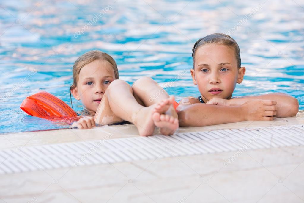 Zwei niedliche kleine Mädchen im Schwimmbad — Stockfoto