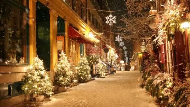 Sníh padá na opuštěné ulici v zařízené na Vánoce