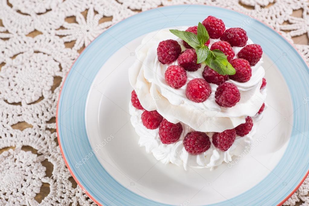 Süße Baiser Köstliches Dessert Mit Himbeeren Und Sahne Stockfoto