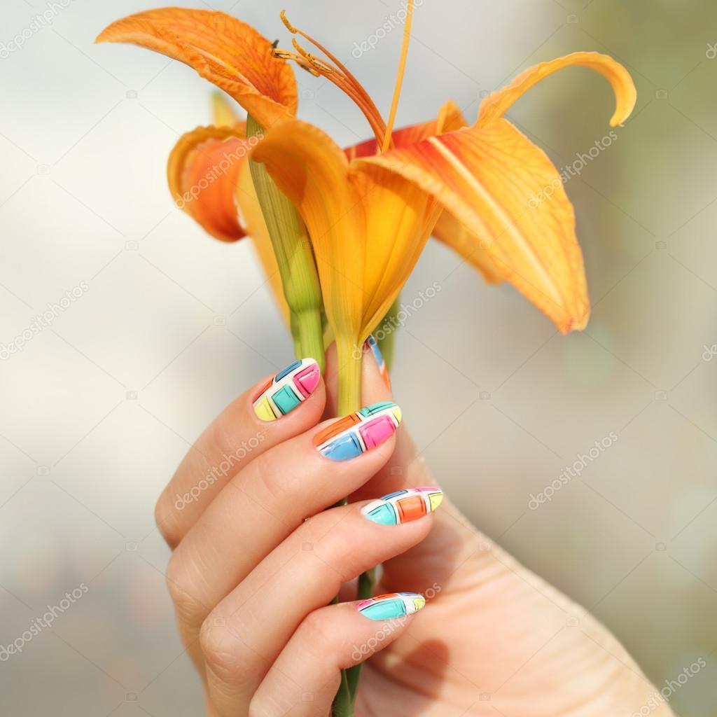 Nageldesign. Maniküre Nagel Lack. schöne weibliche Hand mit bunten ...