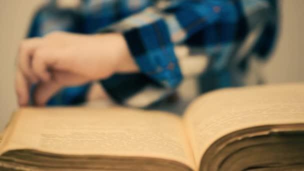 Fiú fordult régi book oldalak