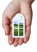 krásný model plastová okna s výhledem na panorama města do dlaně ruky