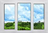 moderní plastové okno s výhledem na oblohu, přírody a město