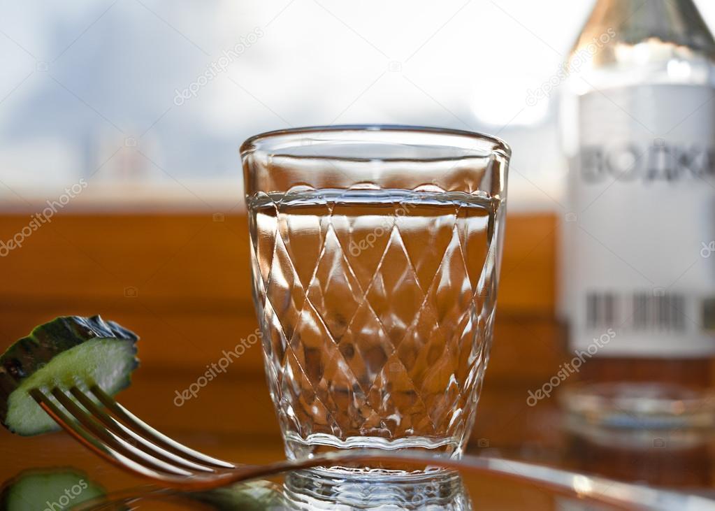 рюмка водки на столе картинки