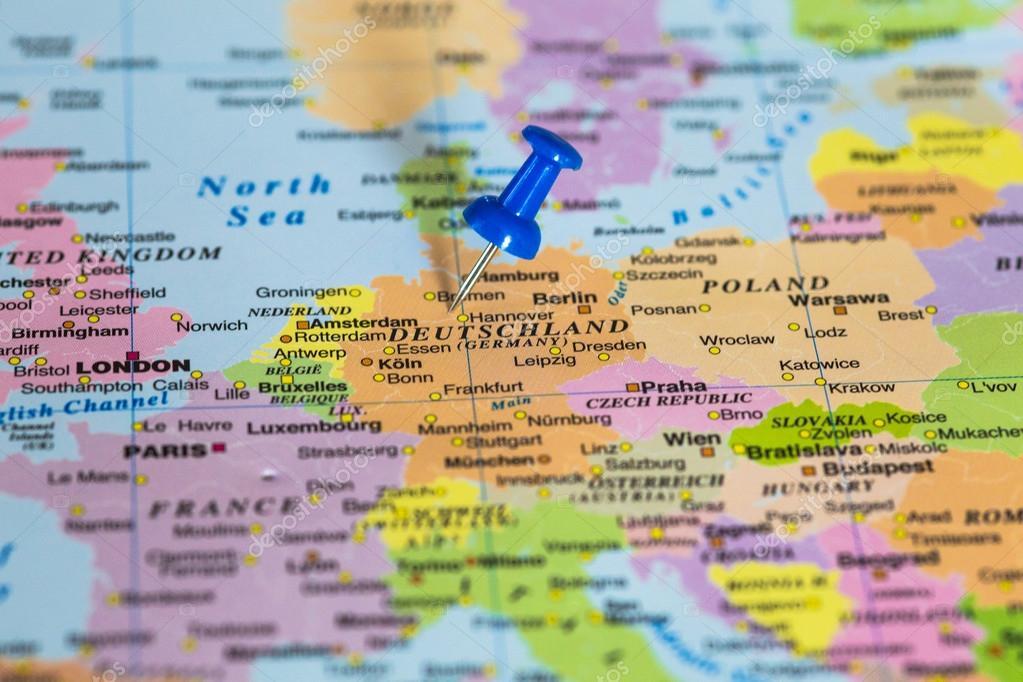 mapa de deutschland con una chincheta azul pegado foto de stock
