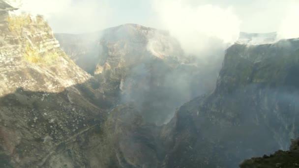 Fumarole e le emissioni di gas presso i crateri del vulcano Etna