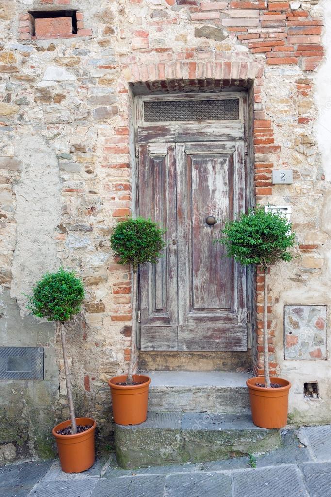 puertas madera antiguas tradicionales en italia fotos de stock - Puertas De Madera Antiguas