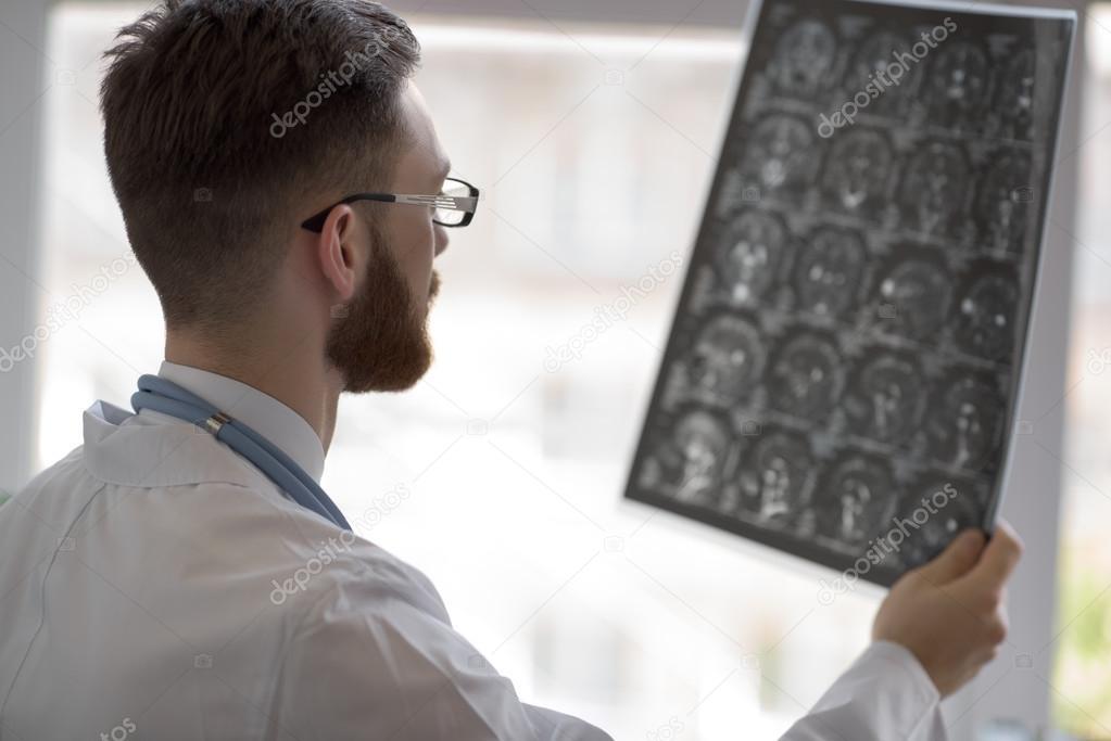 Arzt, Blick auf Gehirn-x-ray — Stockfoto © HASLOO #79712644