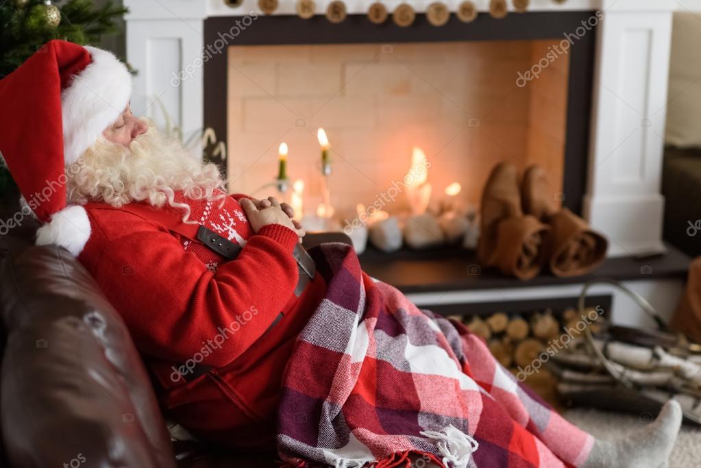 Camino Di Babbo Natale.Riscaldamento Di Babbo Natale Vicino Al Camino Foto Stock
